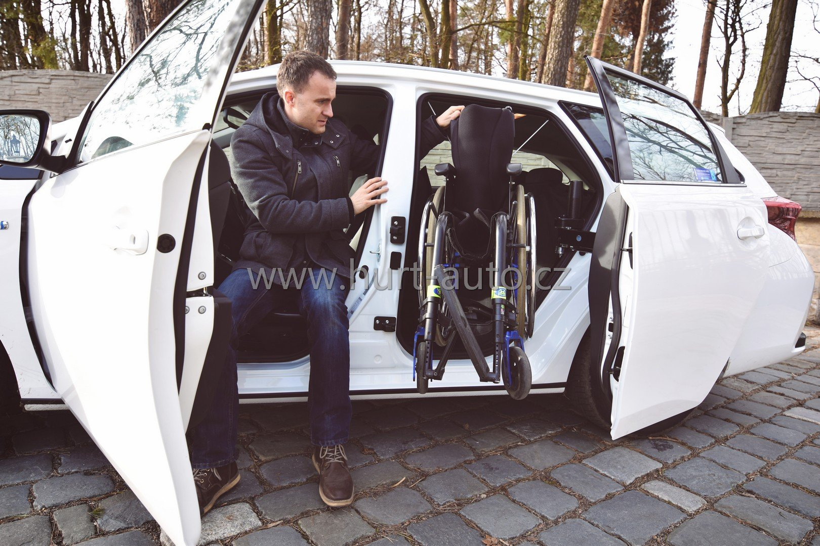 Sliding door in combination with a winch for loading the wheelchair - Škoda Roomster